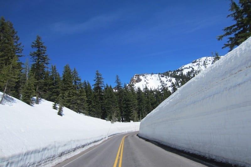 Schnee auf Weg durch Kaskadenkette zum Crater Lake