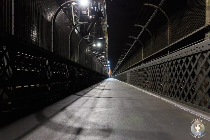 Der Fussweg der Harbour Bridge bei Nacht