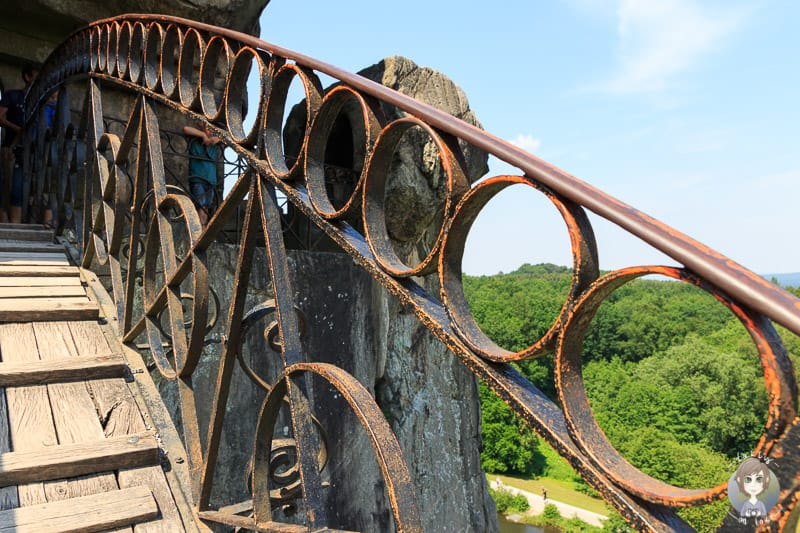 Das Geländer der Brücke der Externsteine