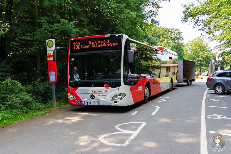 Der Bus Detmold 792 ist die Touristiklinie. Hier an der Haltestelle Externsteine