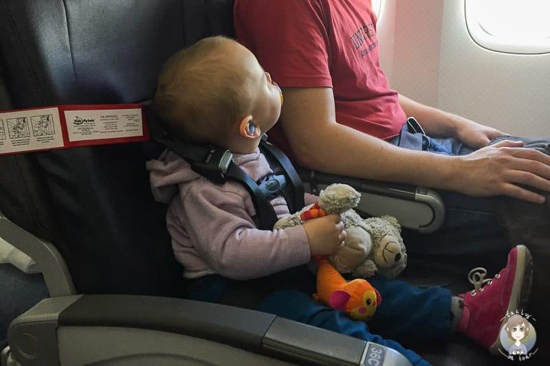 Unsere Erfahrungen beim Fliegen mit Kleinkind mit Cares Gurt