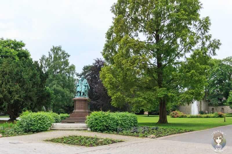 Ein Denkmal im Schlosspark