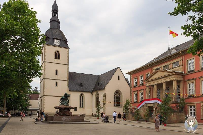 Das Rathaus und die Friedenskirche am Marktplatz