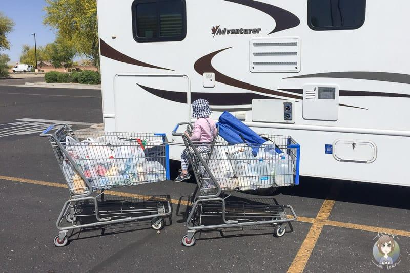 Zwei gefüllte Einkaufswagen und ein Kleinkind in den USA auf einer Wohnmobilreise