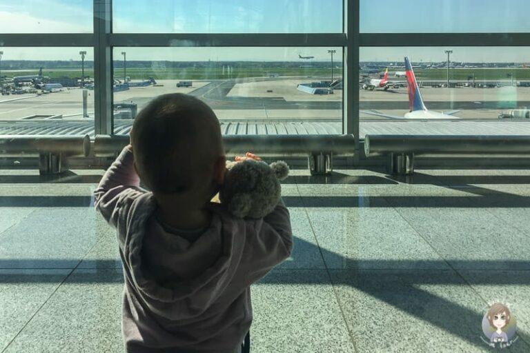 Ein Kind mit Teddy am Flughafen vor unserem ersten Mal Fliegen mit Kleinkind