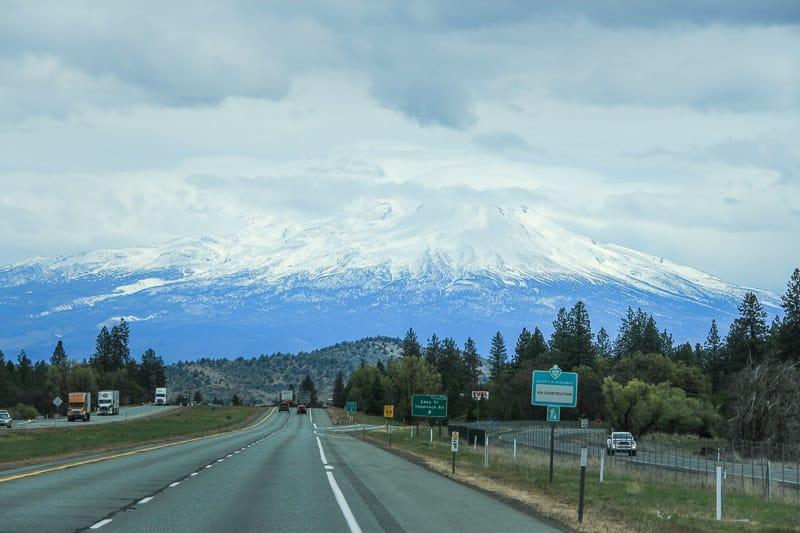 Roadtrip durch die Kaskadenkette mit Blick auf den schneebdeckten Mount Shasta