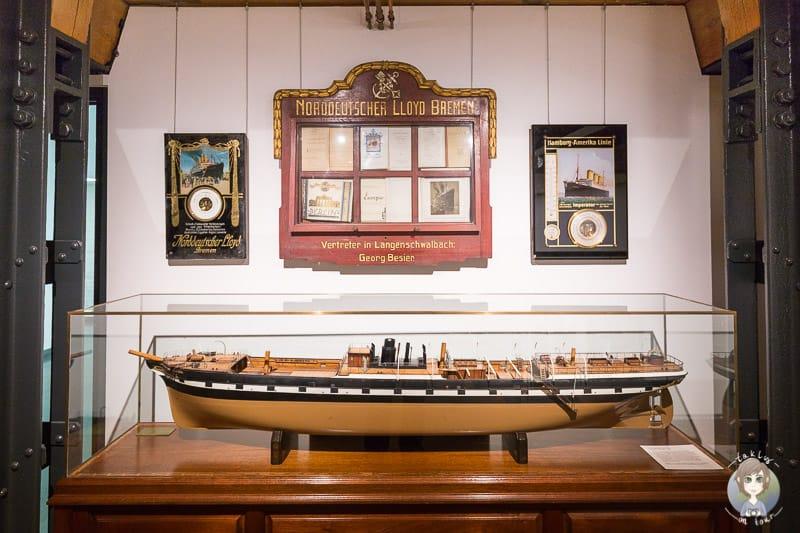 Ein Boot und Urkunden in der Ausstellung des Internationalen Maritimen Museum Hamburg in der Speicherstadt