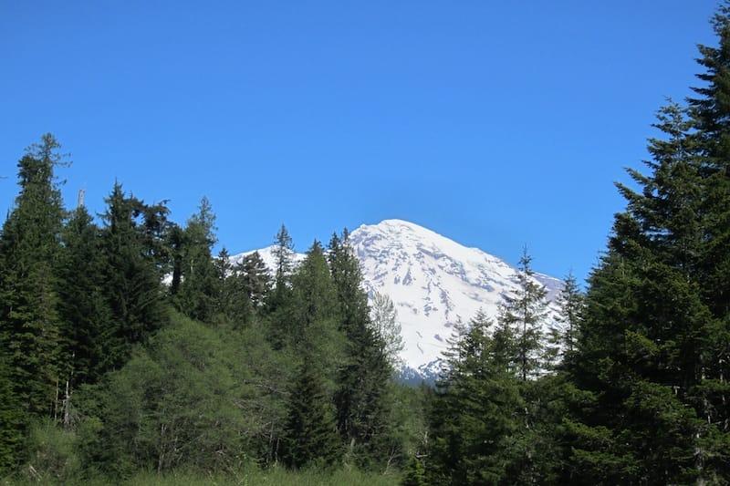 Der schneebedeckte Mount Rainier ist Teil der Kaskadenkette in den USA