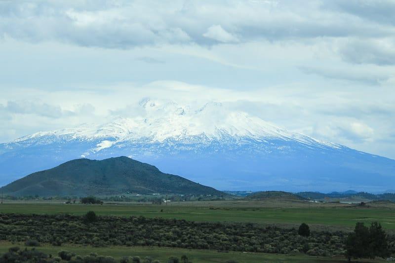 Der Gipfel des Mount Shasta ragt entlang der Kaskadenkette empor