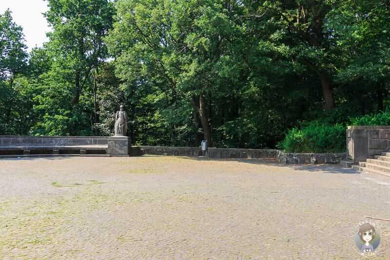 Die Besucherplattform unterhalb vom Denkmal