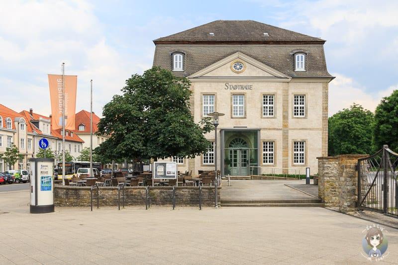 Die Stadthalle steht direkt neben dem Haupteingang zum Schlosspark