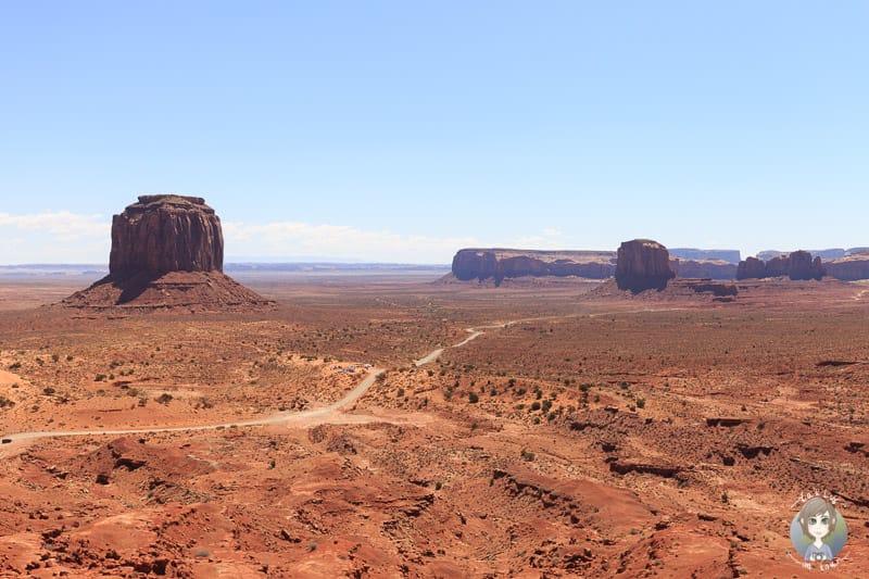 Eine Strasse führt durch das Monument Valley