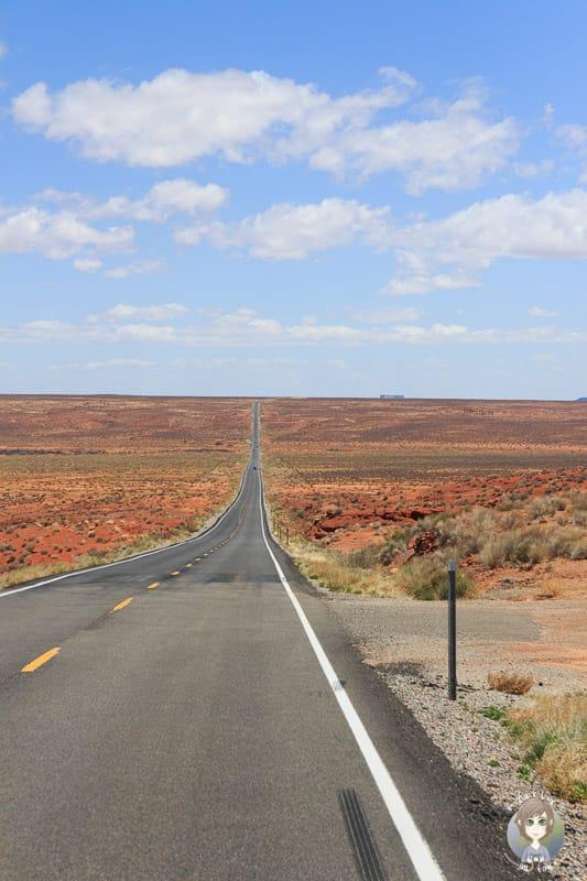 Ein US Highway führt durch die Wüste Utahs