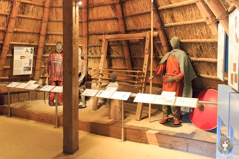 Eine Ausstellung von alten Kleidern und damaligem Handwerk im Germanenhof