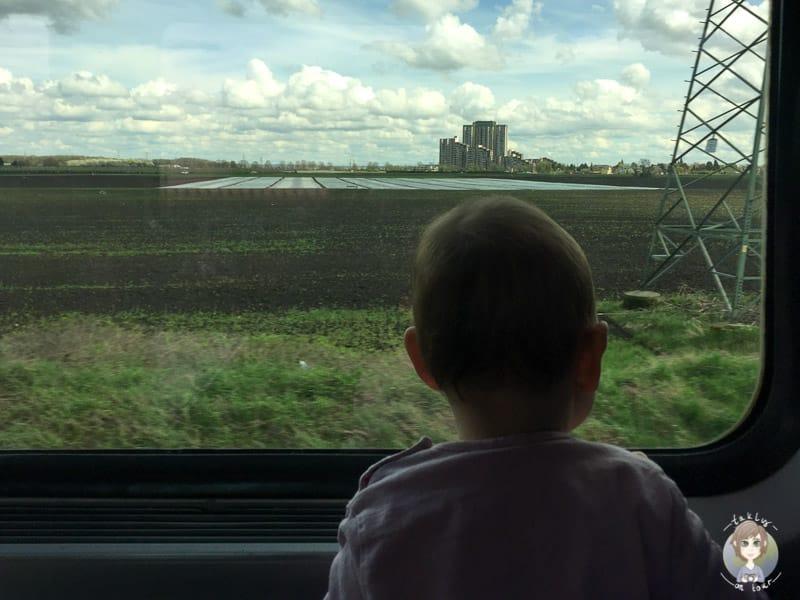 Spannender Blick aus dem Zugfenster auf der Bahnfahrt mit Kleinkind