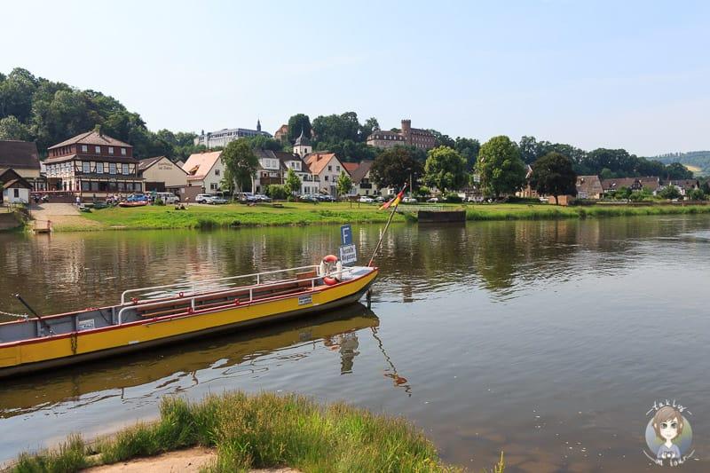 Blick auf die Weserpersonenfähre und die Stadtansicht von Herstelle