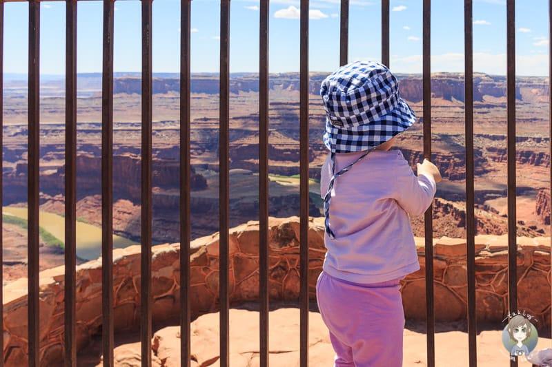 Fantastische Aussicht durch die Aussichtsplattform auf den Canyon