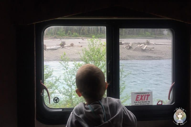 Ein Kleinkind schaut aus einem Fenster auf einer Reise im Wohnmobil durch die USA mit Kind