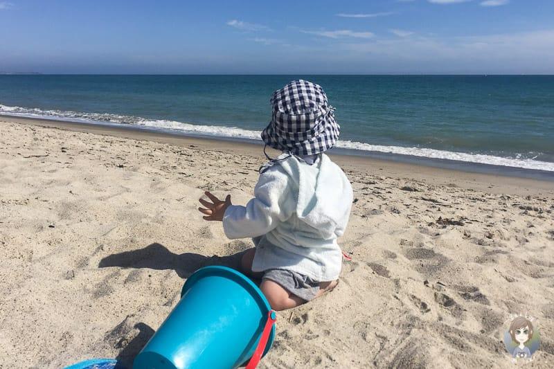 Pause mit Kleinkind am Strand