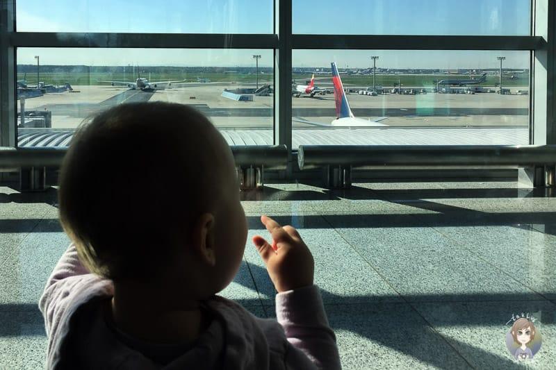 Flugzeuge beobachten am Flughafen mit Kleinkind
