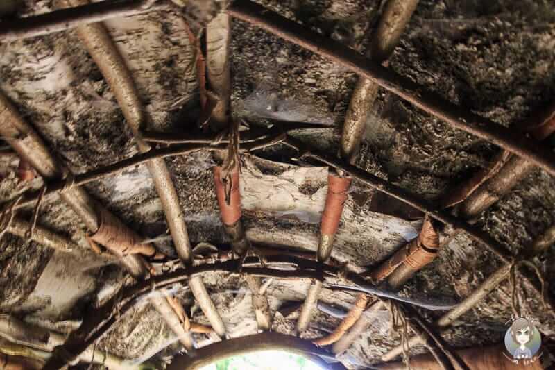 Dach einer Hütte aus der Mittelsteinzeit von Innen