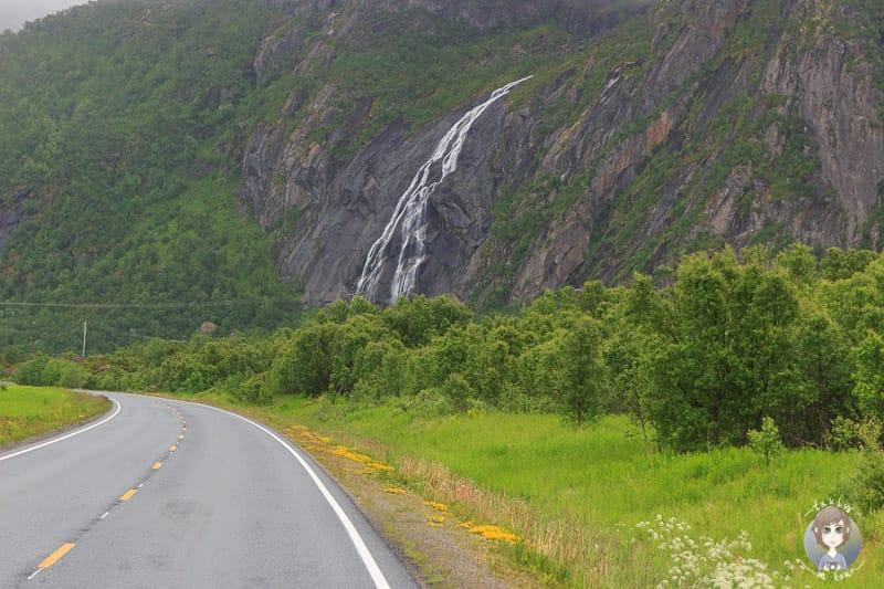 Ein Wasserfall an der Straße in Norwegen