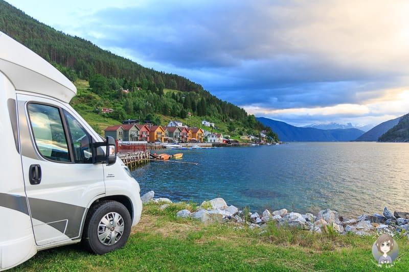 Übernachten mit einem Wohnmobil in Norwegen an einem Fjord