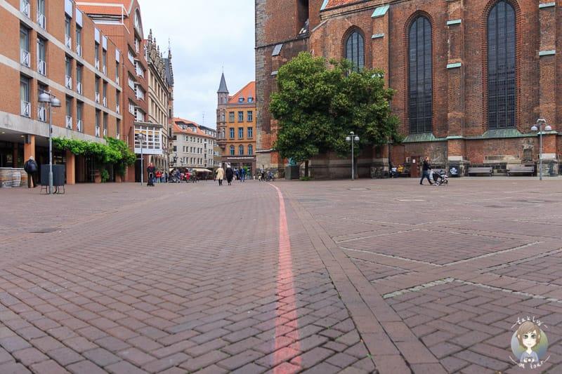 Der Rote Faden zieht sich durch Hannover wie hier in der Altstadt