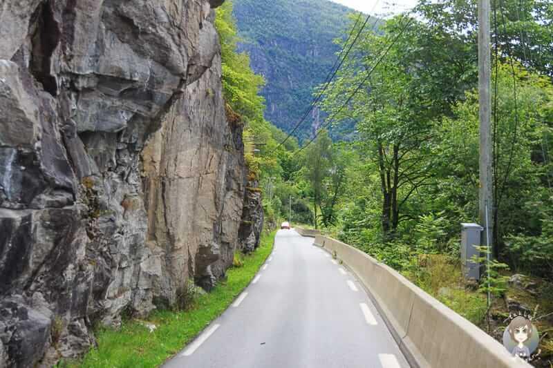 Gegenverkehr auf schmalen Strassen in Norwegen