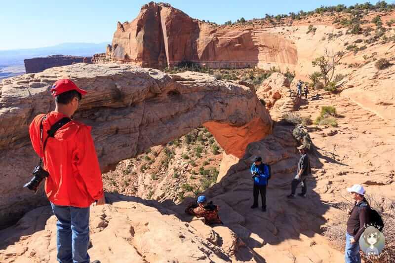 Touristen am Mesa Arch