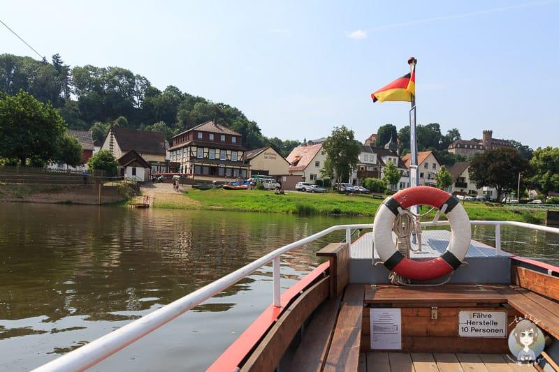 Die Weserpersonenfähre in Wuergassen mit Blick auf Herstelle