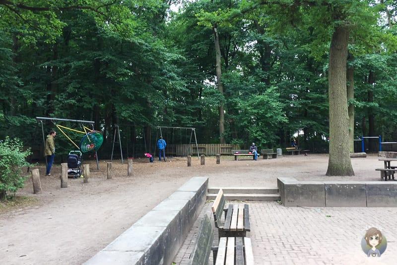 Bänke auf dem Spielplatz WAKITU in Hannover
