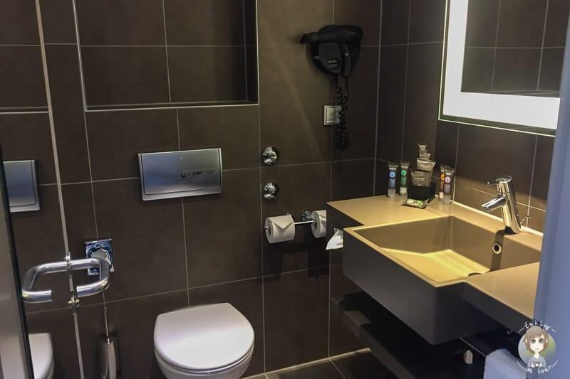 Ein Badezimmer im Doppelzimmer vom Novotel Hannover