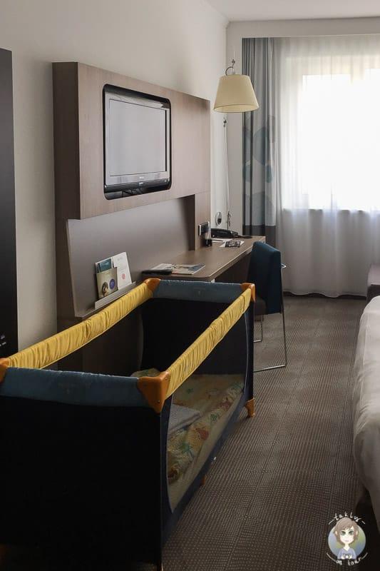Doppelzimmer mit Babybett im Novotel Hannover