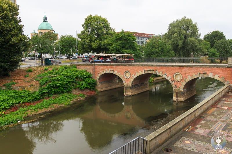 Eine Brücke über die Leine in Hannover