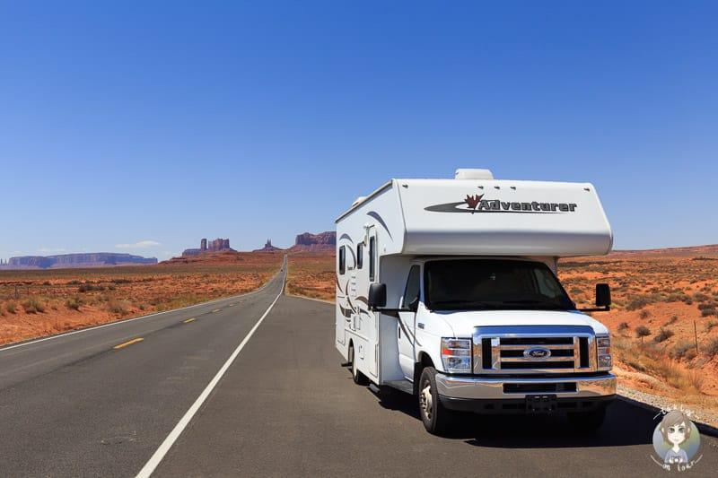 Ein Camper mit dem Monument Valley im Hintergrund. Unser Reisebericht mit dem Camper durch den USA Südwesten