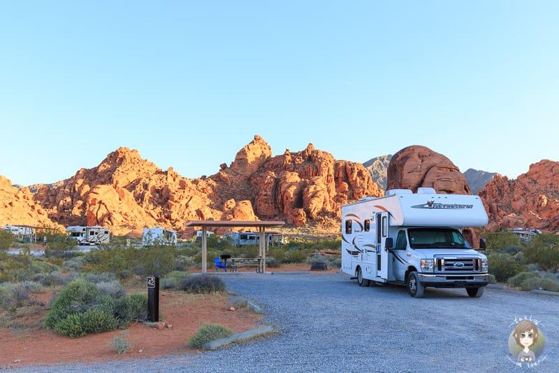 Ein Wohnmobil auf einem der Campingplätze in den State Parks der USA im Valley of Fire