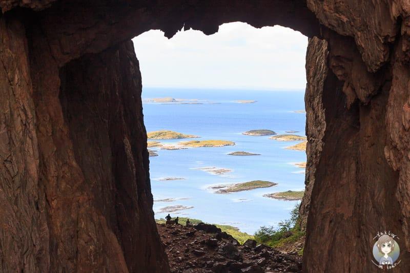 Die Aussicht durch das Fenster im Berg Torghatten