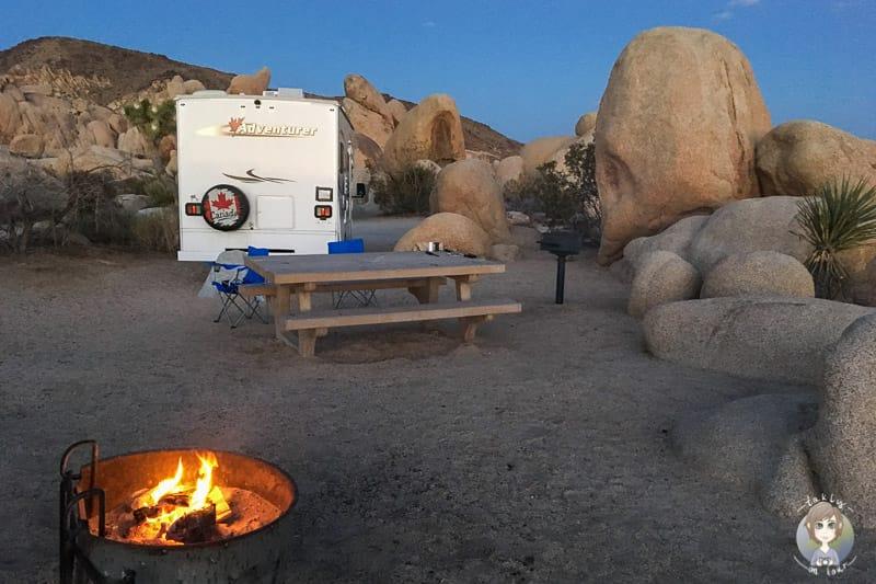 Ein Lagerfeuer auf einem Campingplatz in den USA