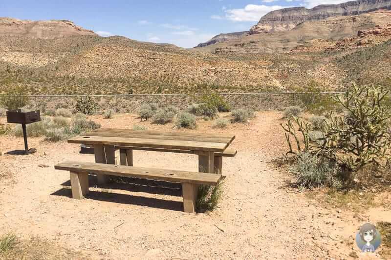 Picknickbank auf einem Stellplatz des Virgin River Canyon Campgrounds