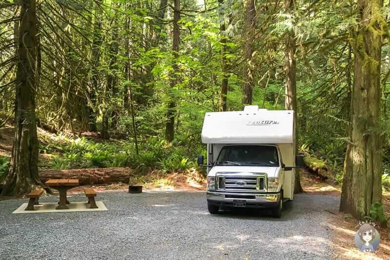 Ein Wohnmobil in Kanada auf einem naturnahen Campingplatz nach dem Wohnmobil mieten in Kanada