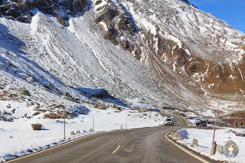 Fahrt durch den verschneiten Nationalpark Hohe Tauern
