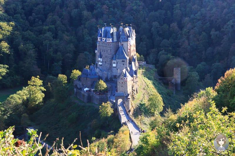Eine Postkartenperspektive auf die Burg Eltz von einem Aussichtspunkt