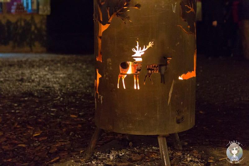 Aufwärmen am Feuer auf dem Weihnachtsmarkt Schloss Merode