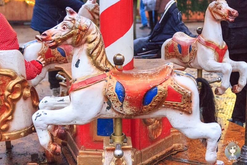 Ein Pferdchen von einem Kinderkarussell auf dem Weihnachtsmarkt Schloss Merode