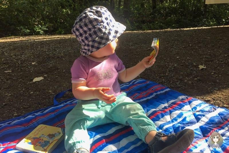Eine Picknickdecke ist auf Reisen mit Kleinkind im Wohnmobil sinnvoll