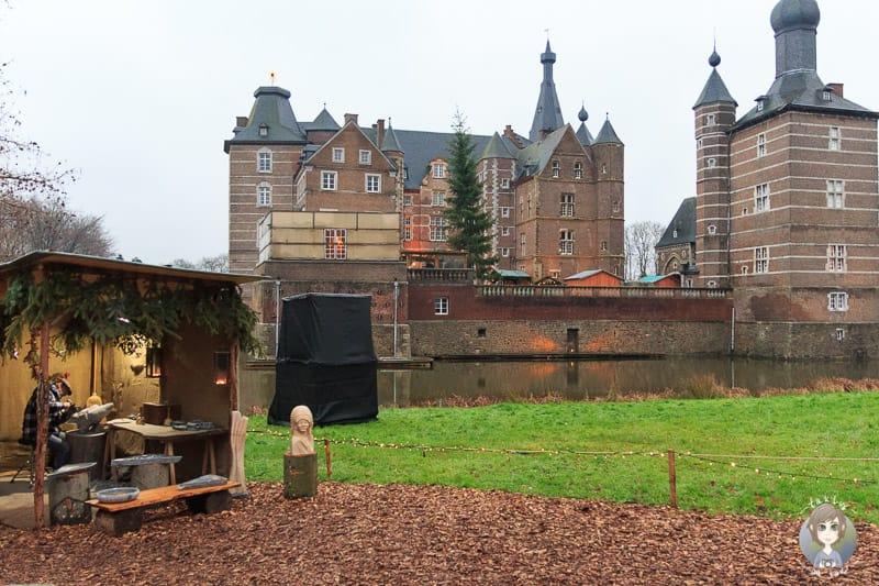 Blick auf das Schloss Merode beim Besuch des Weihnachtsmarkts