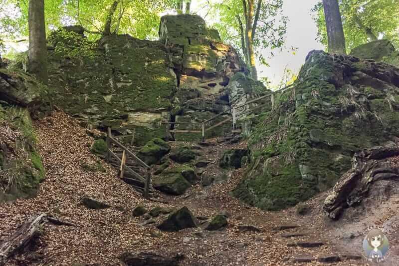 Die Felsen und Treppen der Teufelsschlucht Wanderung beim Camping in Europa