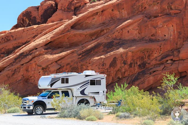 Ein Truckcamper auf dem Arch Rock Campground