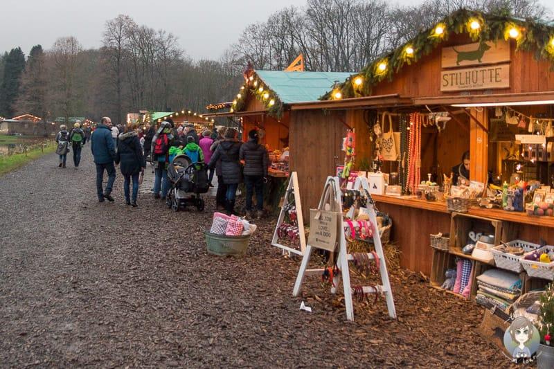 liebevolle Stände auf dem Weihnachtsmarkt Schloss Merode bei Düren